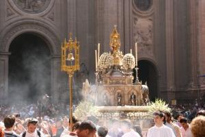 El Santísimo a la salida de la S.I. Catedral de Granada