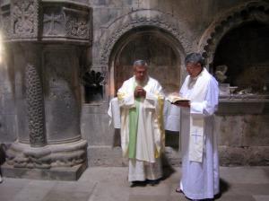Mons. Javier Martínez y Mons. Braulio Rodríguez durante una celebración litúrgica en Armenia.