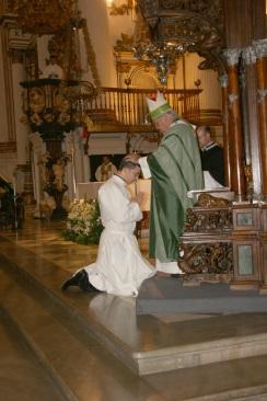 Moisés Fernández es ordenado por el Arzobispo.