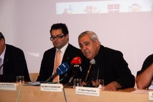 Mons. Martínez y José Martínez, durante la comparecencia a los medios.