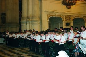 Coro de niños cantando durante la Eucaristía de clausura.