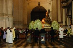 El Arzobispo bendice la Sagrada Imagen de la Virgen de las Angustias en la S.I. Catedral.