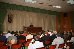 Mons. Rico Pavés, durante su catequesis a los jóvenes.