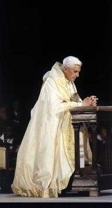 Benedicto XVI orando