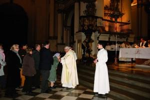D. Javier dando la paz en la Eucaristía