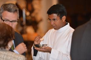 Uno de los seminaristas dando la comunión, tras recibir los Ministerios.