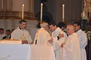 D. Javier Martínez da la paz y felicita a los seminaristas.