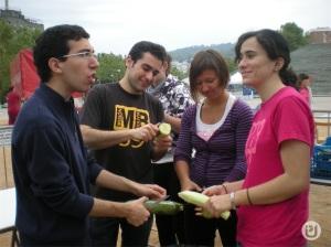 Jóvenes universitarios preparando las migas solidarias, en 2010.