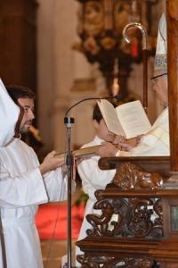 El Arzobispo les entregó la Palabra de Dios.