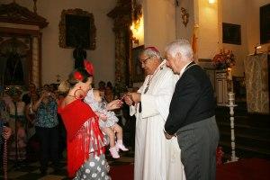 Mons. Javier Martínez impone la medalla de la Hermandad.
