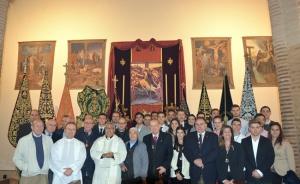 El Arzobispo con los hermanos mayores y jóvenes de las Cofradías del Albaicín y Sacromonte.