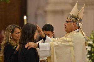 El Arzobispo confirma a una chica.