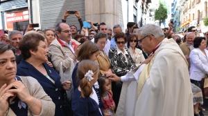 El Arzobispo bendiciendo a unos niños en la procesión.