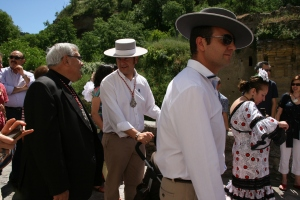 El Arzobispo acompaña a los hermanos rocieros.