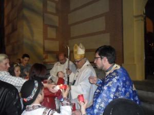 Los fieles ortodoxos reciben al Arzobispo.