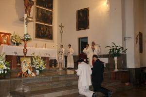Los dos jóvenes ante el altar, en el momento de celebración de las Promesas.