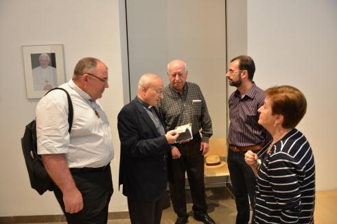 D. Manuel Reyes ojea la Guía con algunos de los asistentes a la presentación.