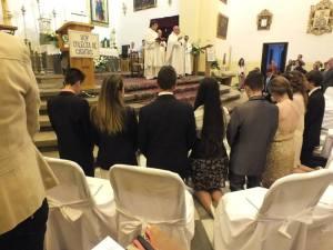 Los confirmandos arrodillados en un momento del sacramento.