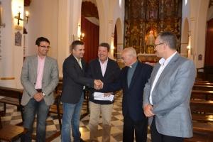 D. Manuel Reyes da la mano al Hermano Mayor de la Hermandad de la Aurora y al director de la Fundación Sevillana Endesa.