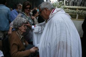 Mons. Martínez bendiciendo durante la procesión.