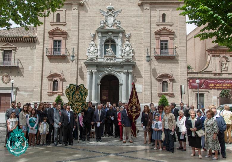 Grupo de pergrinos de las cofradías de la iglesia de Santa Ana a la Basílica en el centenario de la Coronación Canónica de la Patrona.