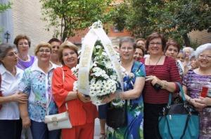 Las peregrinas con el ramo de flores que entegaron como ofrenda a la Virgen de las Angustias.