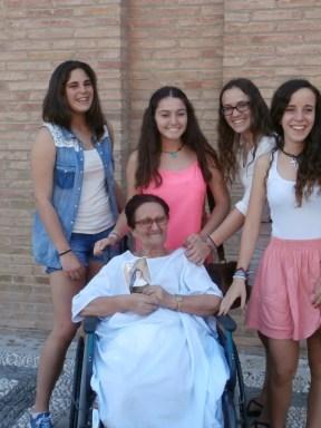 Algunas chicas voluntarias con una paciente del Hospital San Rafael de Granada.