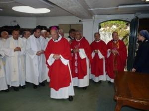 Mons. Martínez, junto a otros obispos con quienes concelebró la Eucaristía en la Gruta de las apariciones de Lourdes.