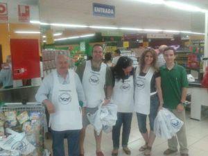 Miembros de esta Cofradía el día de la recogida de alimentos.