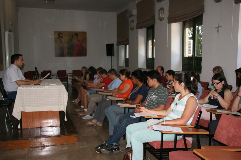 En el Seminario San Cecilio, el Delegado de Pastoral Juvenil informa sobre los actos y el programa en El Rocío.